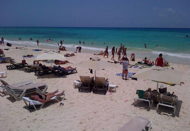 Este lunes la costa de Playa del Carmen recibió la visita de aproximadamente 3 mil personas.  (Daniel Pacheco/SIPSE)