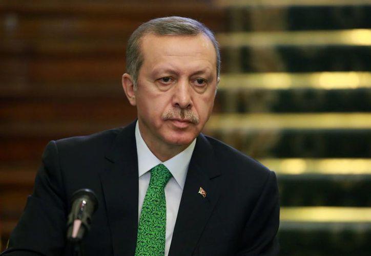 El primer ministro turco Recep Tayyip Erdogan se dirige a la prensa durante una ceremonia con motivo de la firma de acuerdos entre funcionarios iraníes y turcos en Teherán, Irán, el miércoles 29 de enero de 2014. (Agencias)