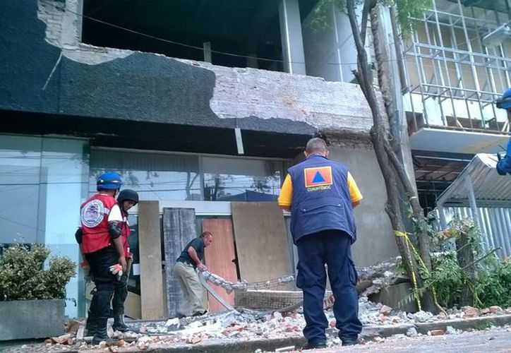 Caída de una barda en la esquina de la calle de Durango e Insurgentes, en el Distrito Federal, debido a un terremoto reciente. (Notimex/Foto de archivo)
