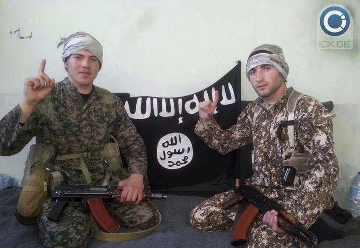 Muslim Kushtanashvili (der) y Ramzan Baghakashvili, dos georgianos que se habrían sumado a las filas de la organización Estado Islámico y estarían combatiendo en Siria. (Agencias)
