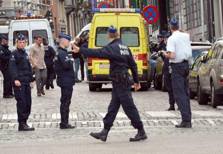 Los agentes de policía acordonaron la zona donde hoy se produjo un tiroteo, cerca del Museo Judío en Bruselas, Bélgica. (EFE)