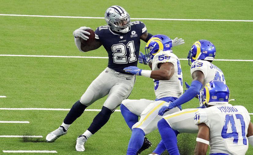 Ezekiel Elliott intenta eludir a tres defensivos. El corredor estelar de los Cowboys puso de su parte con una anotación por carrera y otra por recepción, pero no pudo evitar el descalabro. (Foto: AP)