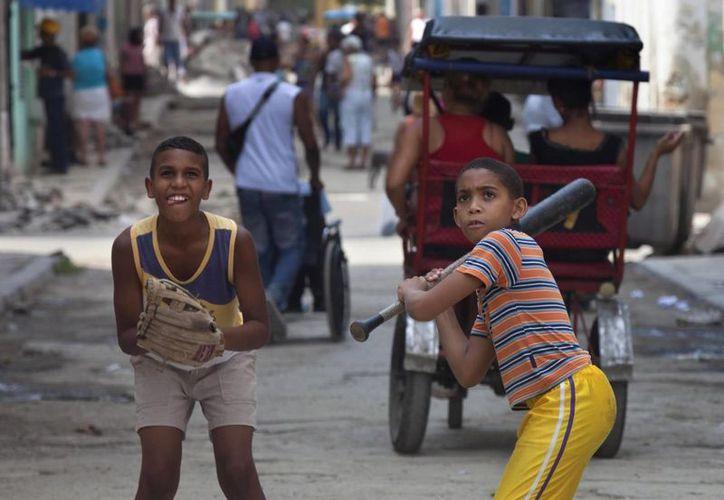 La influencia estadounidense siempre ha persistido en Cuba. Imagen de niños jugando al béisbol en las calles de la Vieja Habana. (Agencias)