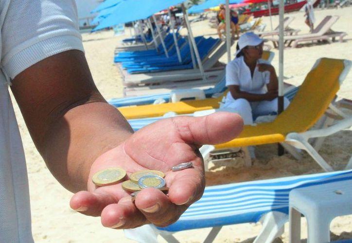 Los trabajadores de clubes de playa y restaurantes costeros de Playa del Carmen tuvieron una baja temporada alta. (Daniel Pacheco/SIPSE)