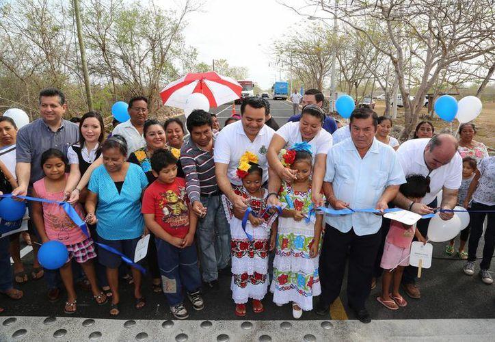 El alcalde Renán Barrera, junto con los vecinos beneficiados, inauguran las carreteras rehabilitadas. (Cortesía)