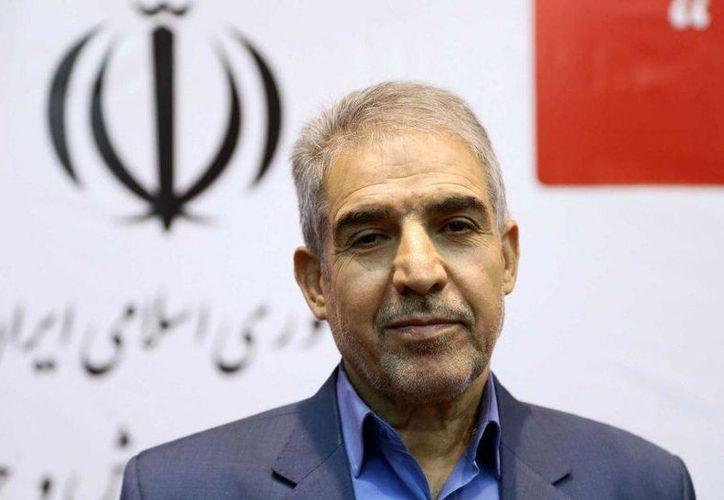 El viceminiinistro de asuntos juveniles y deportes, Mahmoud Golzari, durante la ceremonia de inauguración de una página web para casamenteros en Teherán. (Agencias)