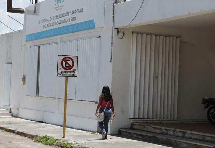 En el Tribunal de Conciliación y Arbitraje les dijeron que el viernes sale el documento de aceptación de pruebas. (Joel Zamora/SIPSE)