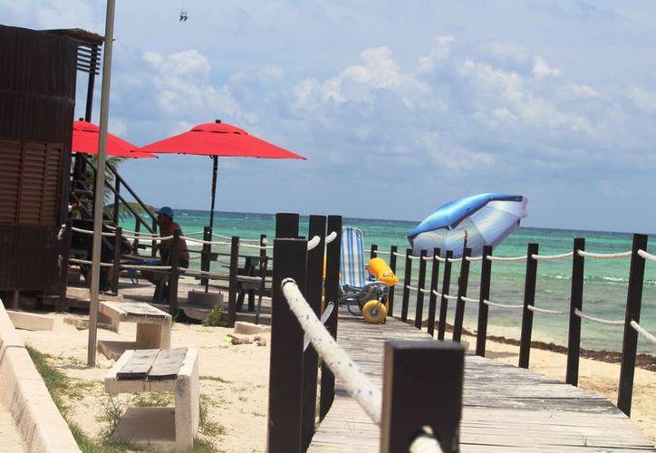 Las instalaciones de la playa inclusiva de Punta Esmeralda lucen deterioradas.  (Octavio Martínez/SIPSE)