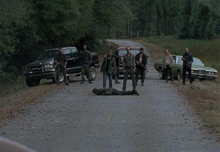 TWD está cerca de concluir su sexta temporada, pero no sin antes dejar otros enigmas al aire. En la imagen un grupo de 'Los Salvadores' bloquean la carretera y tienen maniatado a un 'alexandrino'. (Imágenes tomadas de Excelsior)