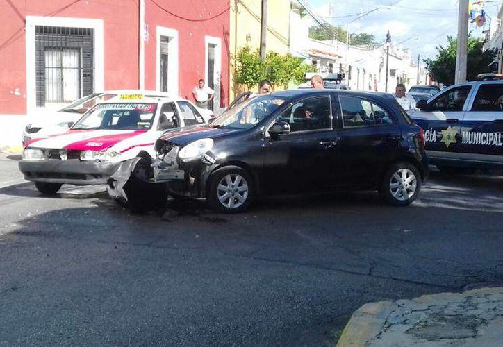 Un choque entre un March y un taxímetro sucedió esta mañana en el conflictivo cruzamiento de las calles 66 por 53, del centro de Mérida. (Milenio Novedades)
