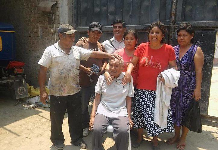 El indigente de 83 años de edad, conocido como 'El Loco Chumán' fue ayudado por integrantes de la iglesia evangélica del municipio de Ferreñafe, al noroeste de Perú. (Facebook: municipalidaddeferrenafe)
