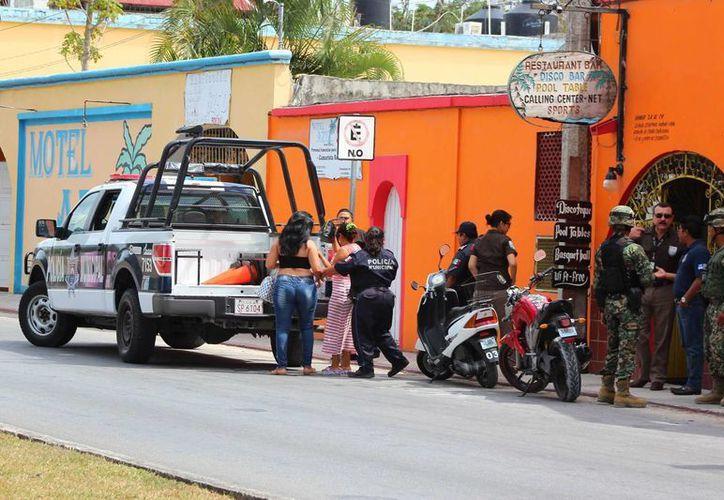 Una docena de extranjeros que no pudieron acreditar su legal estancia en el país, fueron asegurados por el INM en Cozumel. (Gustavo villegas/SIPSE)