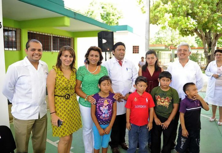 Autoridades del DIF Yucatán y el CREE que entregaron los equipos auditivos. (SIPSE)