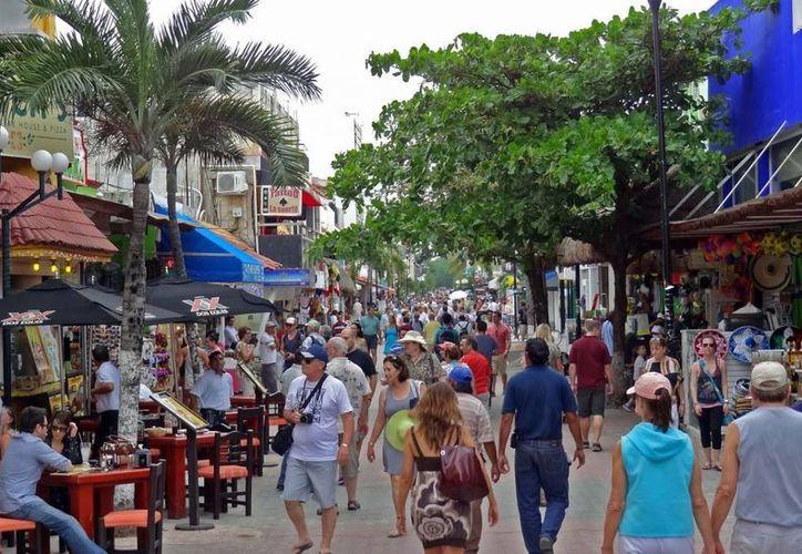 Se estima que al menos cien mil personas no estén registradas de manera oficial como residentes de Playa del Carmen. (www.playasmexico.com.mx)