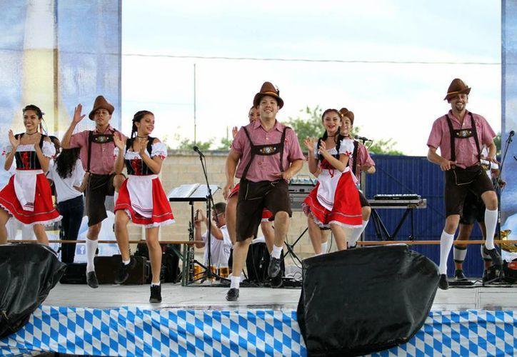 Una banda de música tradicional alemana y un ballet animaron el evento durante el pasado fin de semana en el Centro de Espectáculos de Grupo Modelo. (Milenio Novedades)