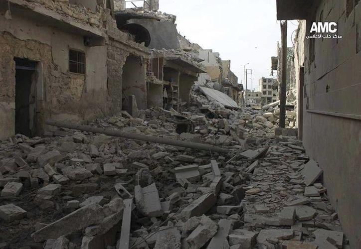 Imagen proporcionada por Aleppo Media Center (AMC), activistas antigubernamentales, que muestra edificios dañados por la fuerza aérea siria, en Aleppo. (AP)