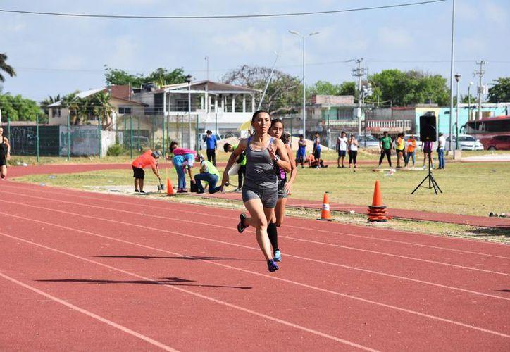 La velocista chetumaleña Ana Azarcoya se prepara para participar en el Campeonato Centroamericano de Atletismo Máster, que será en Costa Rica, en octubre. (Miguel Maldonado/SIPSE)