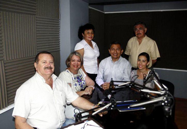 Conductores e invitados al programa Salvemos Una Vida. (Christian Ayala/SIPSE)
