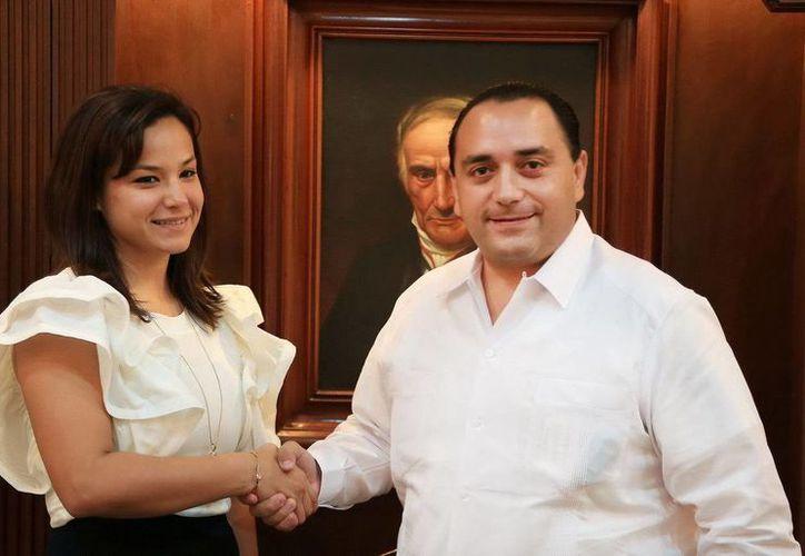 El jefe del Ejectuvo presentó a la nueva subsecretaria. (Redacción/SIPSE)