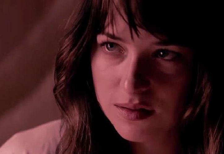 En el nuevo video de YouTube, Anastacia Steele cambia a Mr. Grey por Bruce Wayne, quien le revela que es Batman. (Captura de pantalla de YouTube)