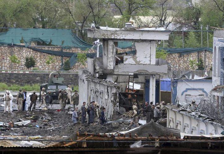 Oficiales de seguridad inspeccionan el lugar donde se ha producido un atentado cerca del Ministerio de Defensa en Kabul, Afganistán. (EFE)