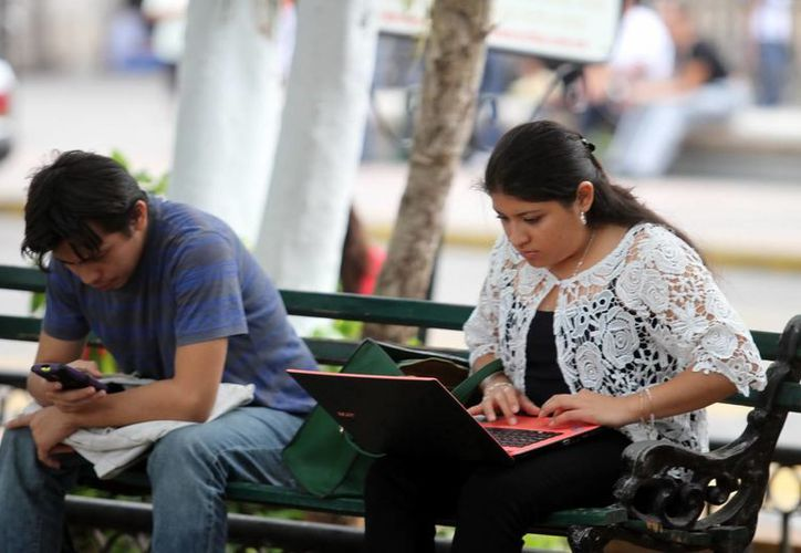 Especialistas recomiendan combinar la vida 'online' con la vida 'offline' para desarrollar la inteligencia. (Milenio Novedades)
