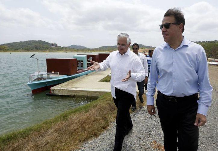 El presidente de Panamá, Juan Carlos Varela (der), y el administrador de la Autoridad del Canal de Panamá (ACP), Jorge Quijano tras realizar un recorrido por la ampliación del Canal de Panamá. (Agencias)