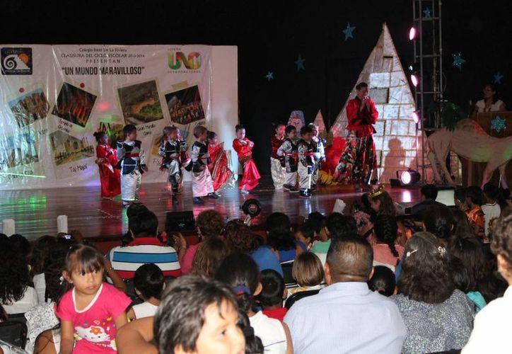Los estudiantes interpretaron una variedad de bailes. (Rossy López/SIPSE)