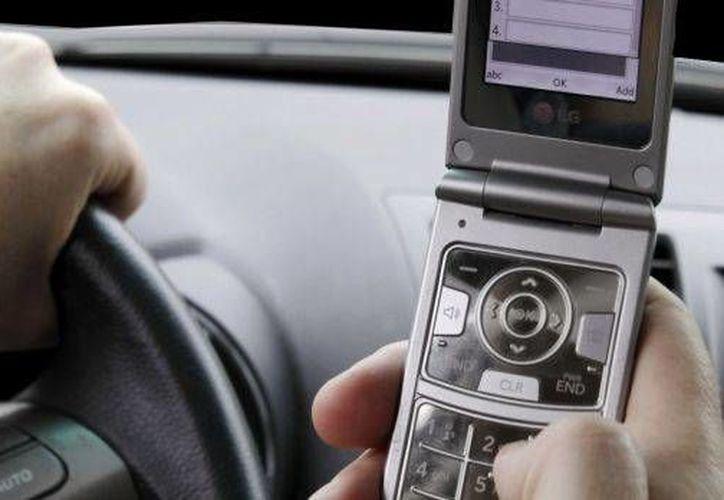 La NHTSA indicó que escribir a la vez que se conduce eleva el riesgo de accidente hasta seis veces más.(noticierostelevisa.esmas.com)