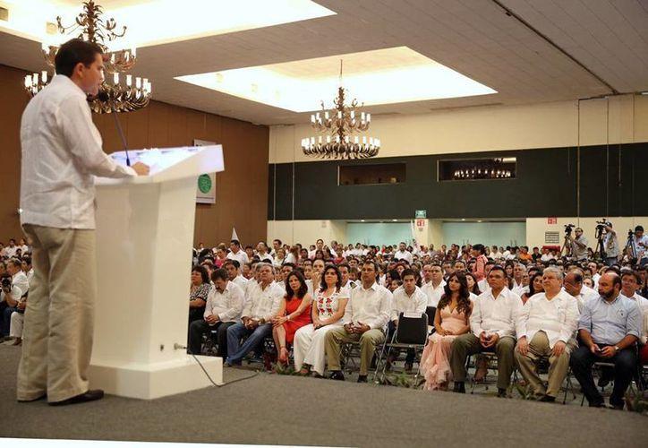 El gobernador, Rolando Zapata, acudió ayer al informe de actividades del diputado Mauricio Sahuí. (Cortesía)