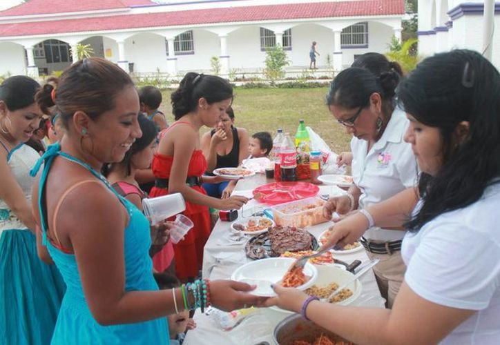 Dos jóvenes madres vieron realizado el sueño de festejar sus XV años.  (Redacción/SIPSE)