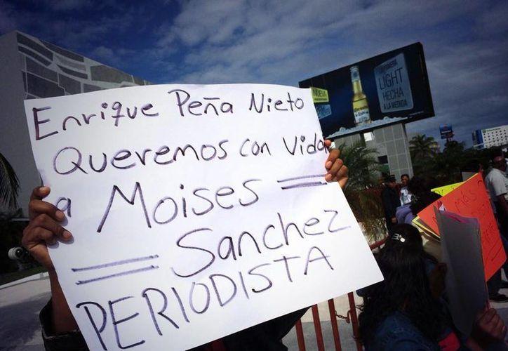 El jueves, un grupo de activistas irrumpió en el Congreso de Guerrero para exigir la aparición del comunicador Moisés Sánchez. (elsemanario.com)