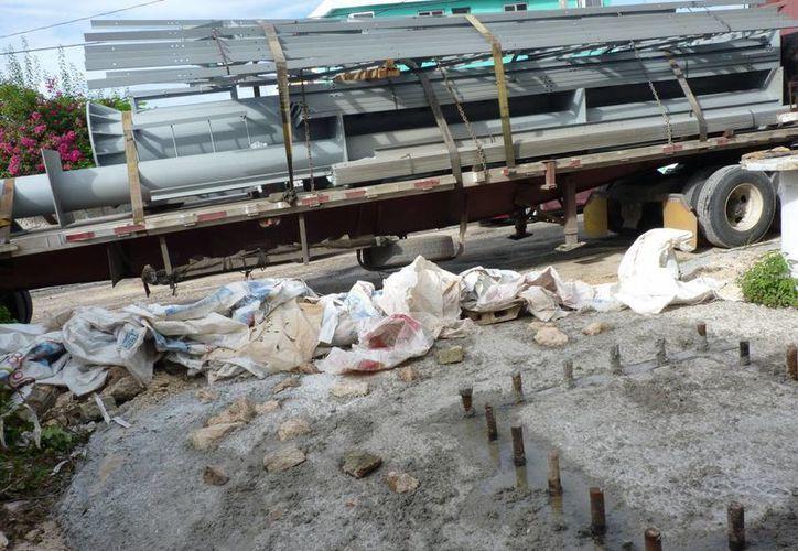 El tráiler procedente de Fletes y Materiales de Monterrey, transportaba un espectacular con más de dos metros de altura. (Israel Leal/SIPSE)