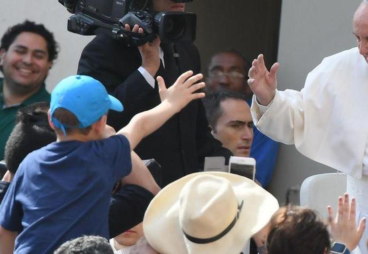 Alrededor a las 16:30 horas llegó el Papa a  Colombia y fue recibido por miles de fieles. (Foto: El Tiempo)