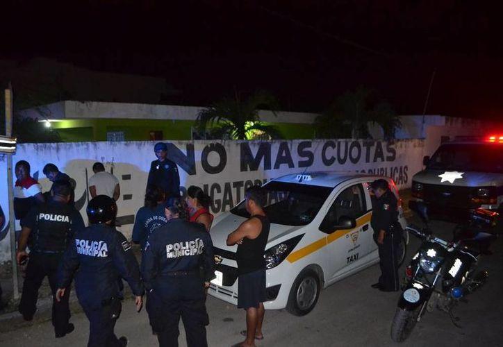 Policías llevaron a cabo la  detención de un taxi número económico 91 de placas 92-57-TRS. (Redacción/SIPSE)