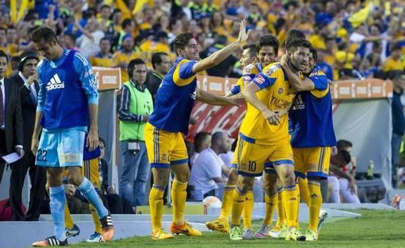 André-Pierre Gignac, refuerzo y exgoleador del futbol de Francia, es felicitado por sus compañeros tras anotar el primer gol de Tigres de la UANL, que ganó 3-1 a Inter de Porto Alegre y avanzó a la final de la Copa Libertadores. (mexsports.com)