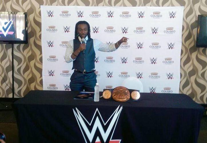 La superestrella de la WWE, Kofi Kingston, ofreció una conferencia de prensa para invitar al próximo evento de lucha libre que se realizará el 16 de octubre en el Coliseo Yucatán. (Marco Moreno/SIPSE)
