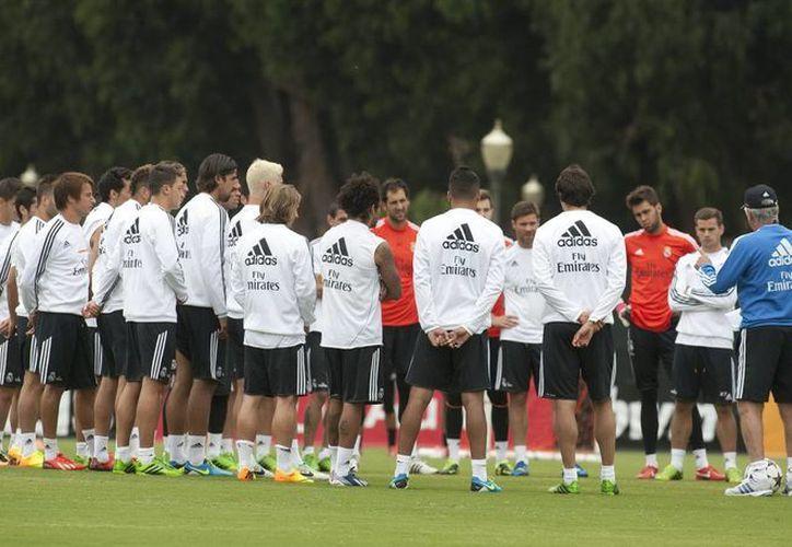 Ancelotti (d-de espaldas) da indicaciones a sus estrellas durante un entrenamiento de pretemporada. (EFE)