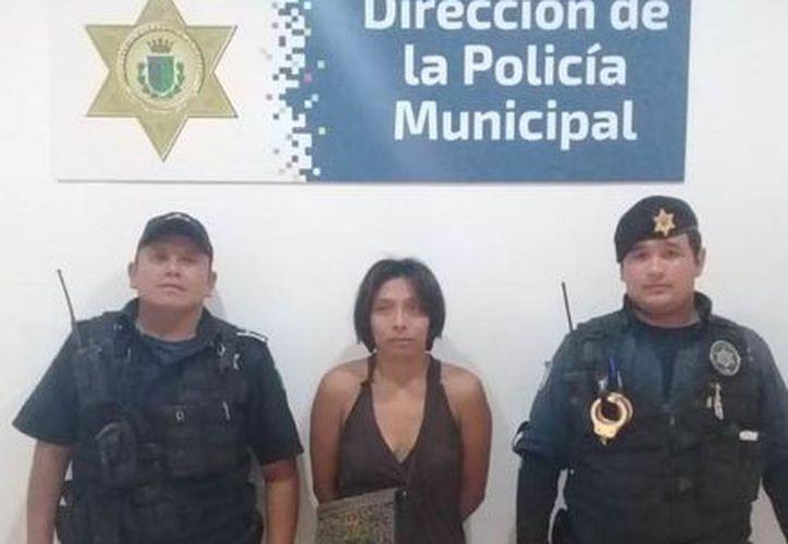 La joven junto a los elementos policíacos que la encontraron. (Milenio Novedades)