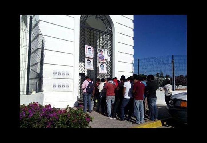 Los padres de los 43 protestan en el Tribunal de Justicia en Chilpancingo. (Rogelio Agustín/Milenio)