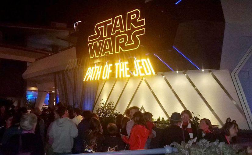 """El parque de diversiones Disneylandia en Anaheim presentó un avance de lo que será un viaje al corazón y esencia de Star Wars, en una sección denominada """"Season of the force"""" y que permitirá al público interactuar a partir del próximo lunes. (Notimex/José Romero Mata)"""