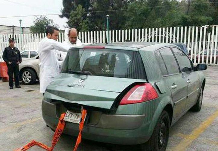 El automóvil se encontraba frente a un negocio de autolavado, en la avenida Universo en Uruapan, Michoacán. (Jorge Becerril/Milenio)