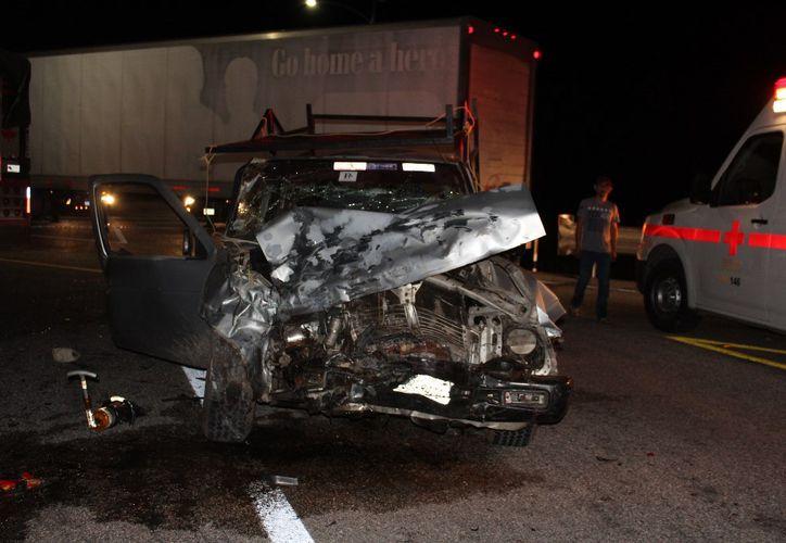 El accidente carretero dejó cuantiosos daños materiales. (Redacción)