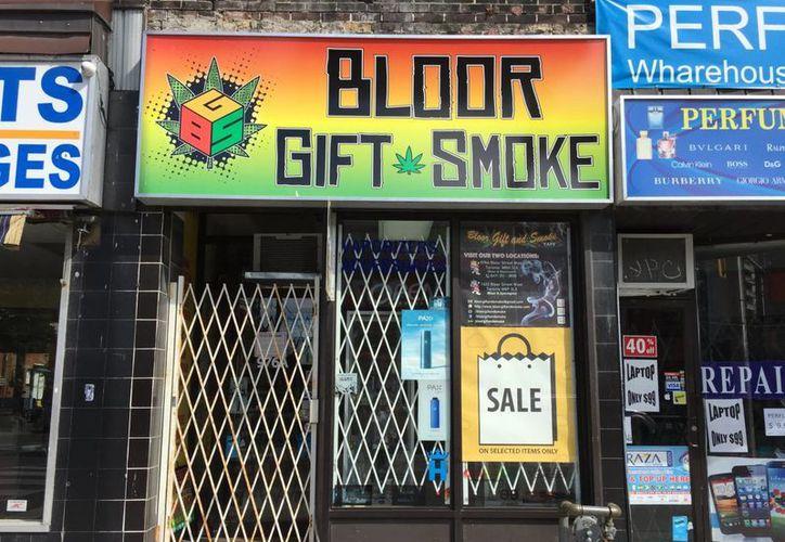 Junto a tiendas de dulces, ropa y comida, en las calles de Toronto, aparecieron 'tiendas de regalos' con imágenes de la planta de mariguana, con fotografías del sugestivo humo alucinante. (Notimex)