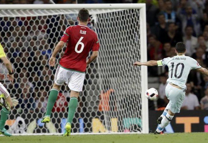 Liderada en el campo por Eden Hazard (10), la selección de Bélgica consiguió un imponente 4-0 este domingo en los octavos de final de la Euro 2016. (AP)
