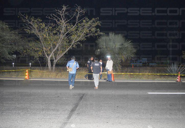 El cuerpo fue reportado por un automovilista que manejaba por esta vía, a la altura de una conocida refresquera.  (Carlos Navarrete/SIPSE)