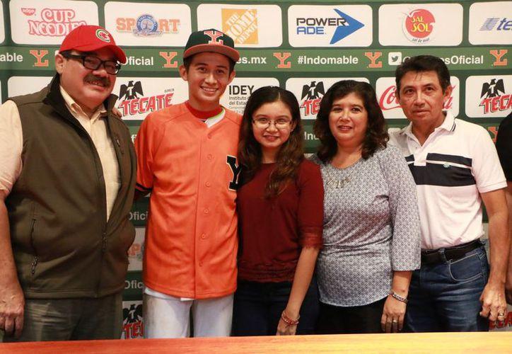 El joven beisbolista busca cumplir sus sueños con los Leones de Yucatán. (Milenio Novedades)