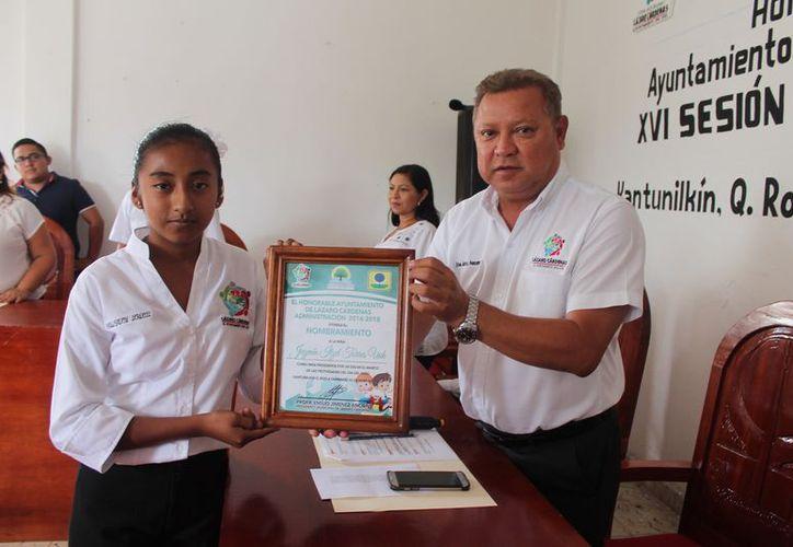 El alcalde entregó un reconocimiento a la niña. (Gloria Poot/SIPSE)