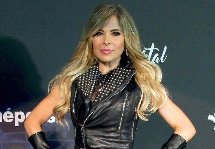 """La cantante mexicana Gloria Trevi sorprendió a los asistentes de uno de sus conciertos en su gira """"Versus"""". (Foto: Telemundoi)"""