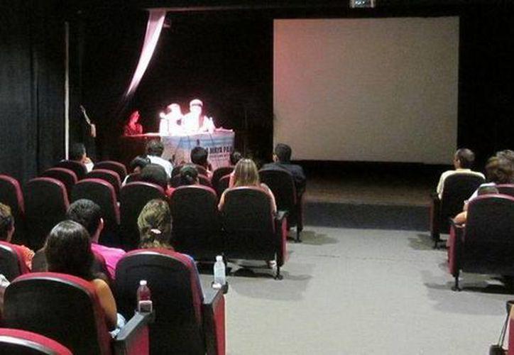 Meztli Vianey Suárez McLiberty presentó el documental en la Casa de Cultura de Cancún. (Redacción/SIPSE)